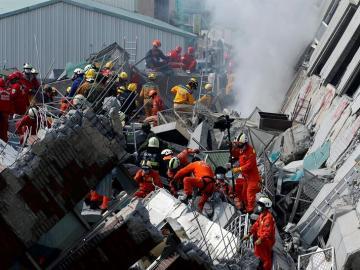Los equipos de rescate trabajan para sacar a los más de 120 atrapados