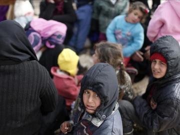 Decenas de miles de sirios se agolpan en la frontera con Turquía
