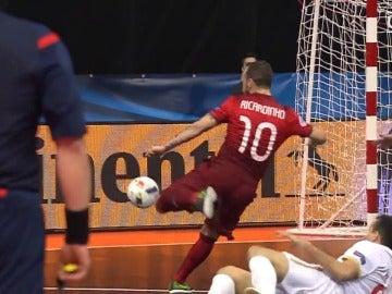 Ricardinho golpea el balón para dejar uno de los goles del Europeo de fútbol sala