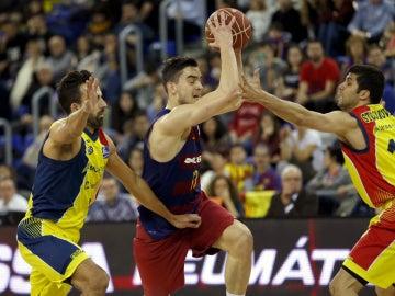 Satoransky, rodeado por jugadores del Andorra
