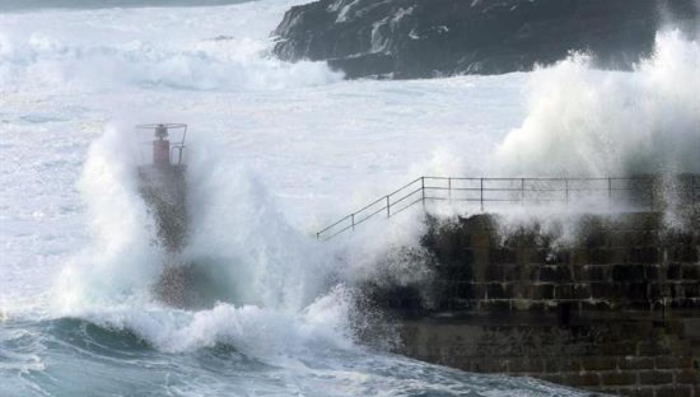 Oleaje en la entrada del puerto de Tapia de Casariego, en el occidente de Asturias