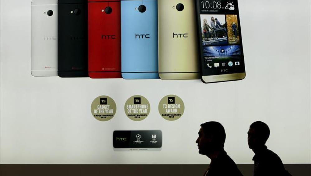Dos personas ante el Stand de HTC en el Congreso de Móviles en Barcelona