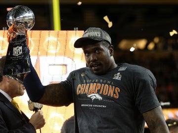Von Miller levantando el trofeo de la Super Bowl