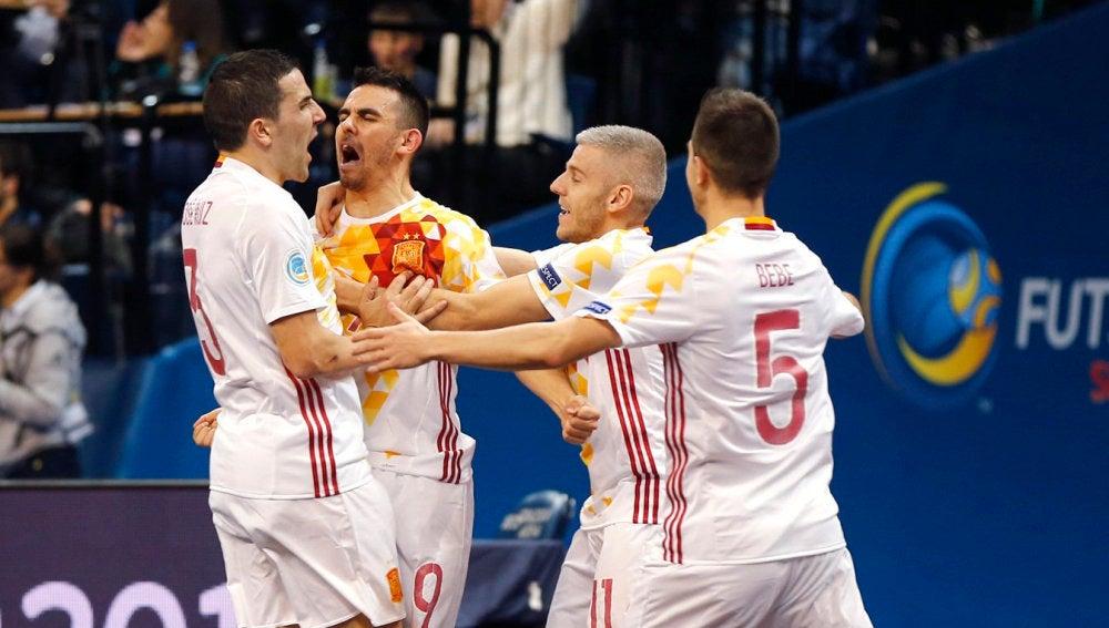 España celebra uno de los goles a Portugal