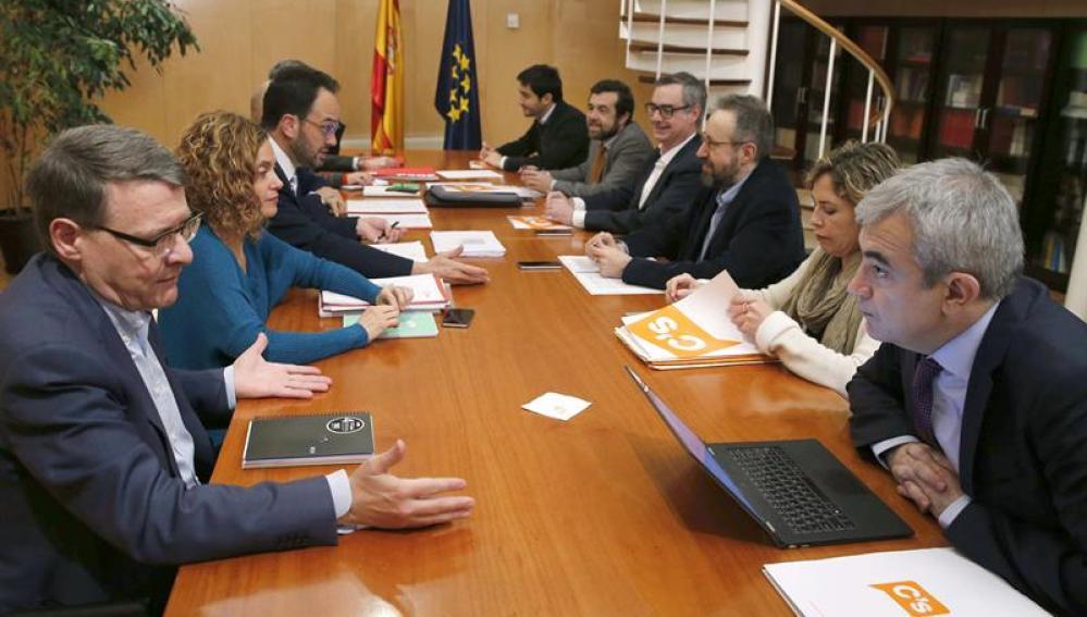 Mesa de negociaciones entre PSOE y Ciudadanos