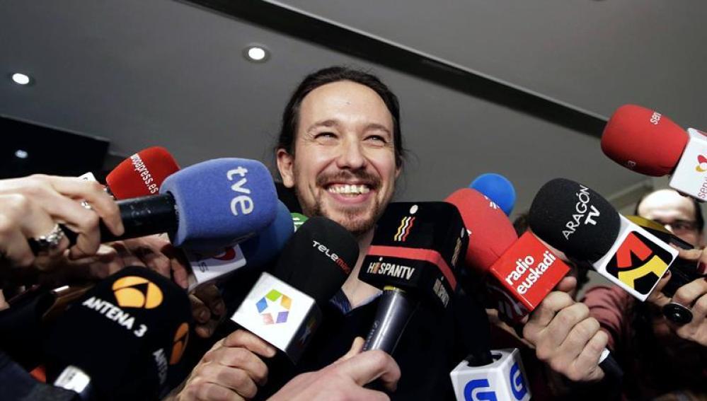 El secretario general de Podemos, Pablo Iglesias, atiende a los medios