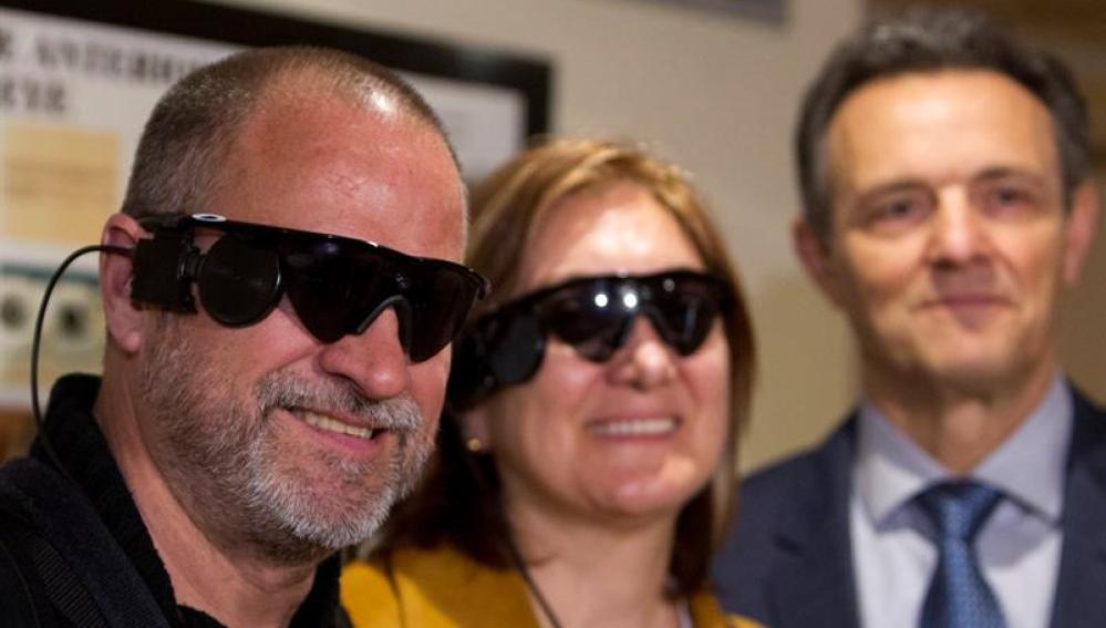 Carlos Martínez y Guadalupe Iglesias, primeros implantados en España con un 'ojo biónico'