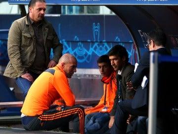 Raúl y Zidane juntos charlando en el banquillo