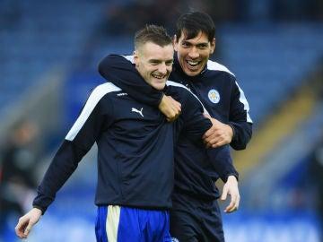 Vardy sonríe junto a su compañero Leonardo Ulloa