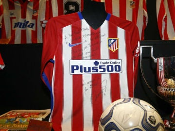 La camiseta del gol 100 de Torres en el museo del Atlético