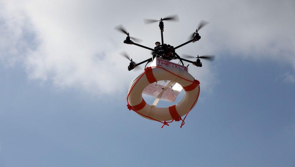 Dron con un salvavidas similar al que se verá en la playa de Torrevieja