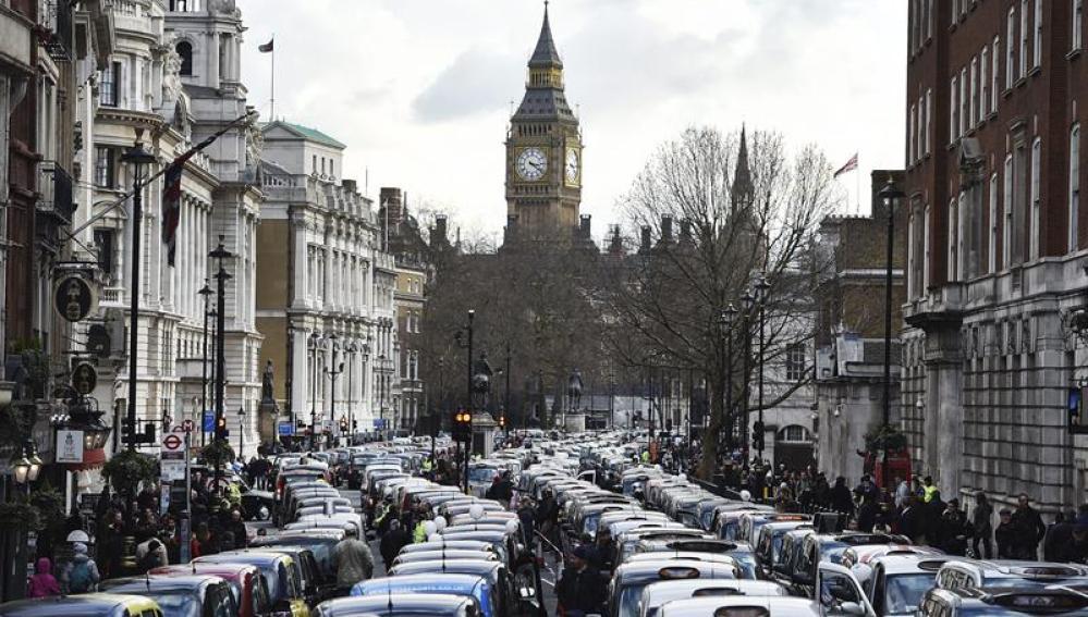 Cientos de taxis londinenses bloquean la avenida Whitehall