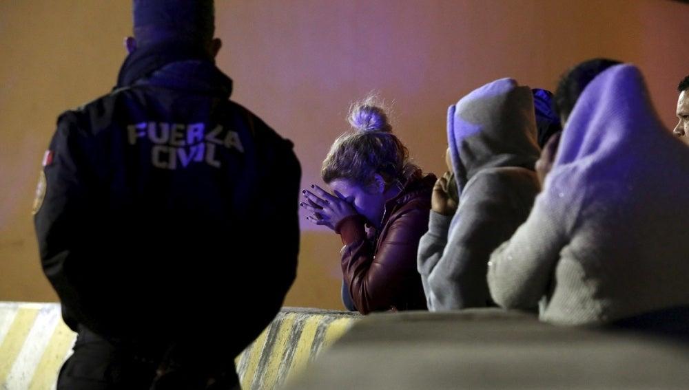 Gente esperando noticias de sus familiares encarcelados en la prisión de Topo Chico