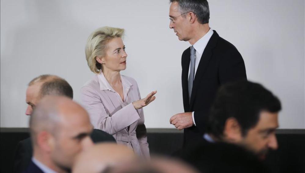 La ministra alemana de Defensa conversa con el secretario general de la OTAN