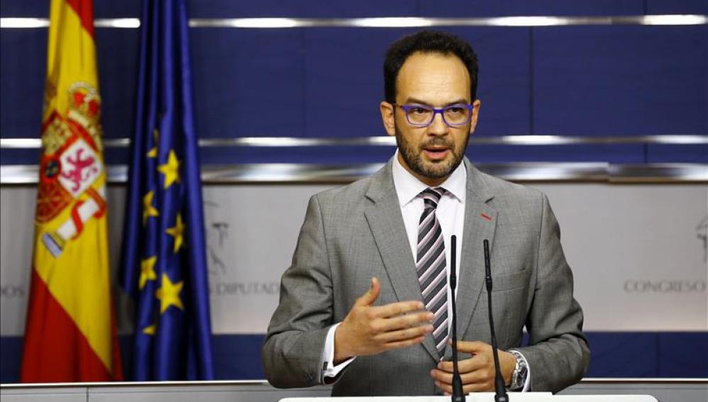 Antonio Hernando, durante la rueda de prensa en el Congreso