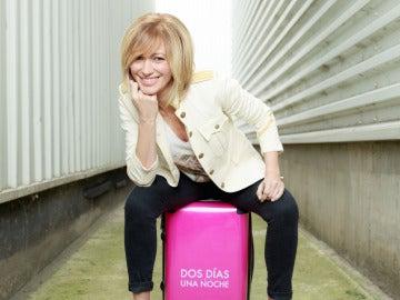 Susanna Griso posa con la maleta de 'Dos días y una noche'