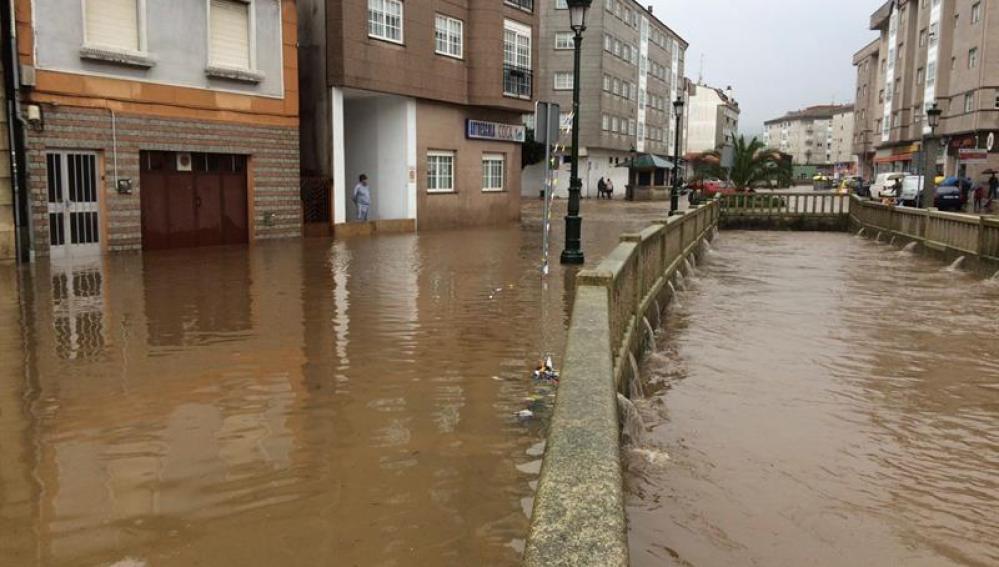 Una calle de la localidad pontevendresa de Redondela anegada por las lluvias