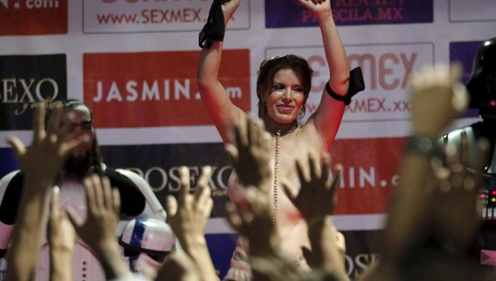 Performance en la exhibición 'Sexo y entretenimiento', en México