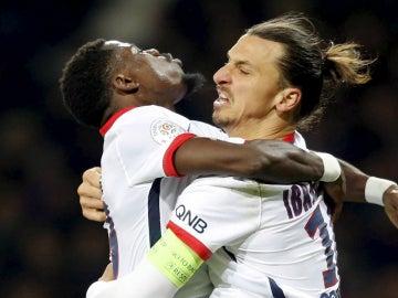 Aurier se abraza con Ibrahimovic