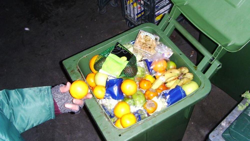 Los friganos rescatan de la basura comida en buen estado.