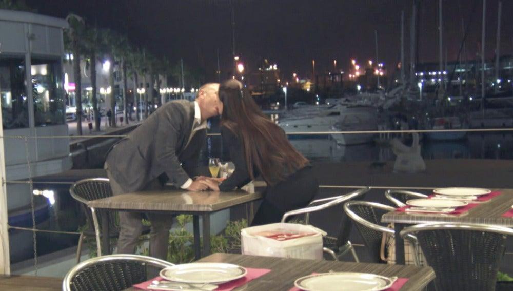 Sabrina y Jonathan tienen una cena romántica