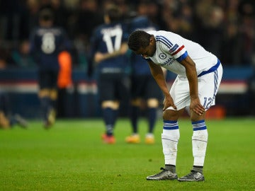 Obi Mikel se lamenta tras el gol de Cavani