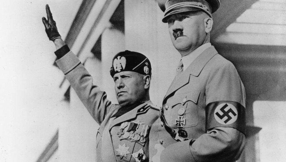 Benito Mussolini, brazo en alto, junto a Adolf Hitler