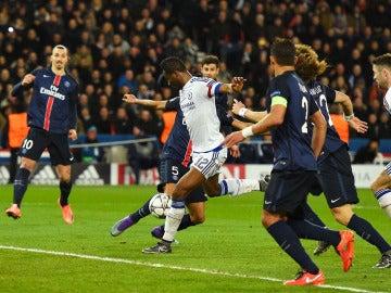 Obi Mikel dispara para lograr el 1-1 ante el PSG