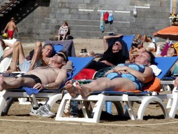 Turistas en una playa de Gran Canaria