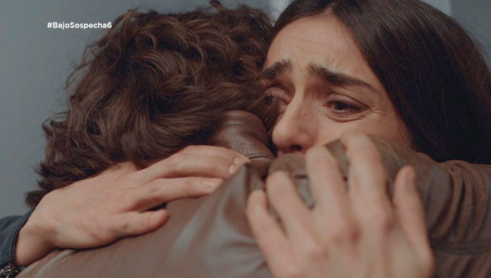 Víctor abraza a Belén
