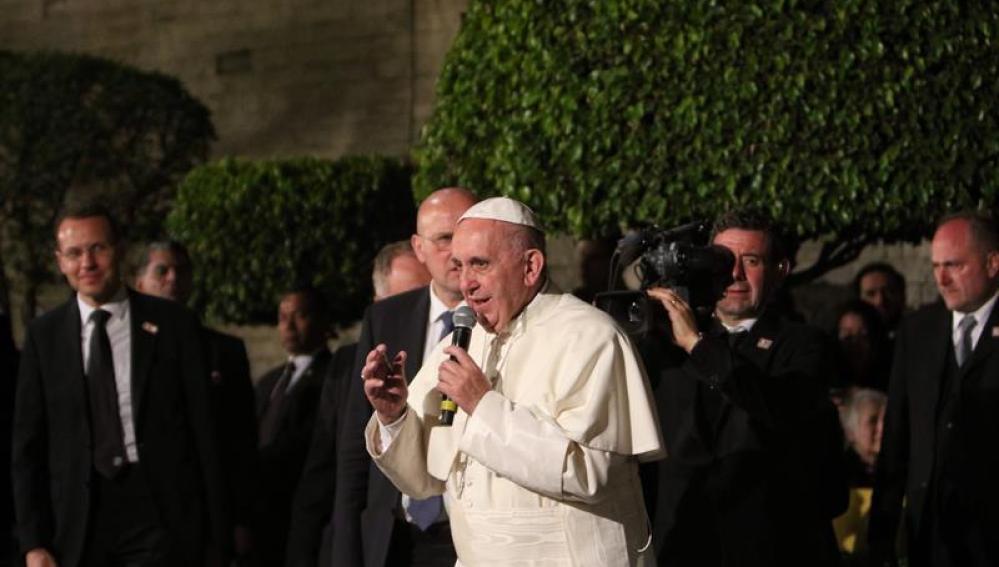 El Papa Francisco habla a los asistentes a su llegada a la Nunciatura Apostólica