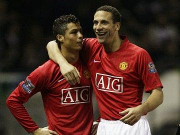 Rio Ferdinand y Cristiano Ronaldo hablan durante un partido del Manchester United