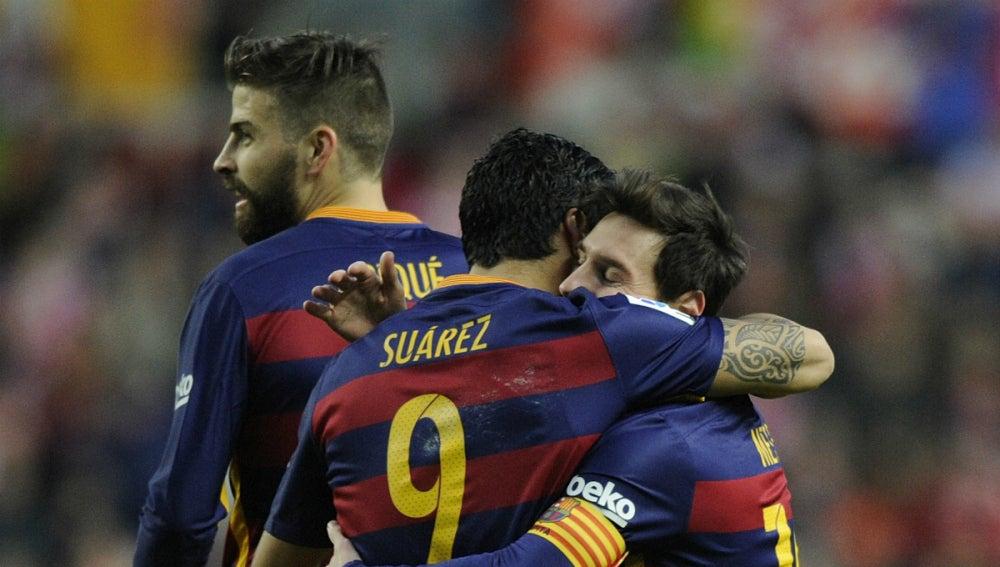Luis Suárez y Leo Messi celebran uno de los goles del argentino contra el Sporting