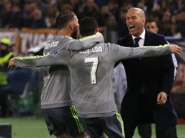 Cristiano Ronaldo y Sergio Ramos celebran el gol del portugués con Zinedine Zidane