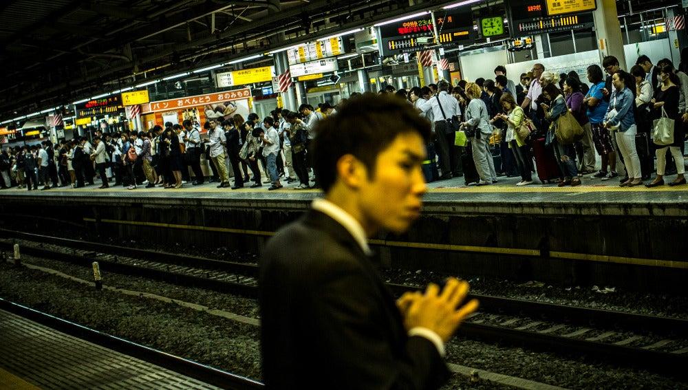 Un hombre espera un tren en la estación de Shinjuku (Tokio)