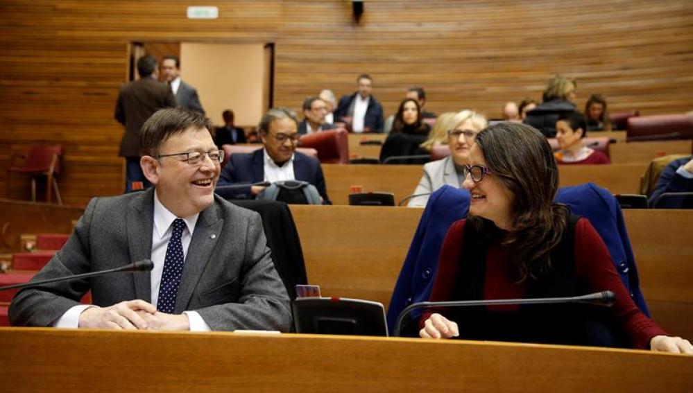 Ximo Puig, junto a la vicepresidenta, Monica oltra,durante la sesión de control en el pleno de Les Corts
