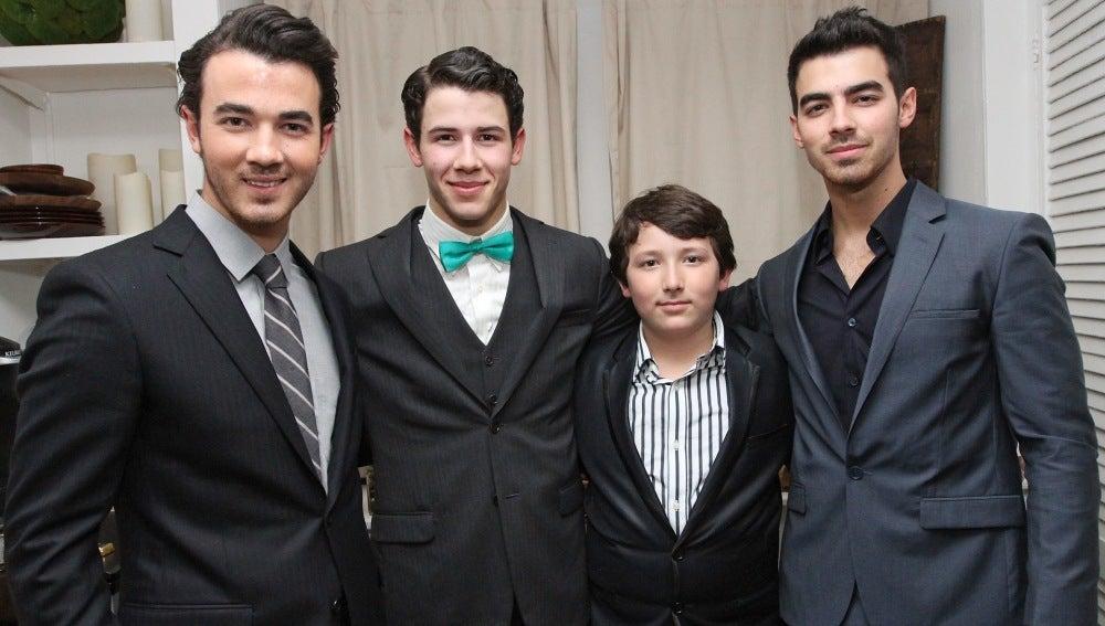 Jonas Brithers con su hermano Frankie Jonas