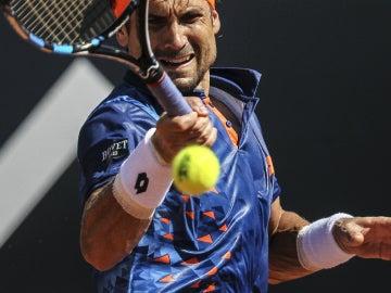 David Ferrer golpea la bola durante su partido contra Albert Ramos