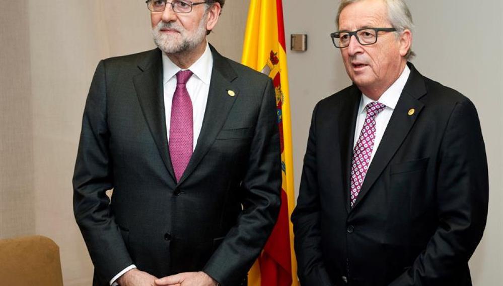 Mariano Rajoy posa junto al Presidente de la Comisión Europea, Jean-Claude Juncker