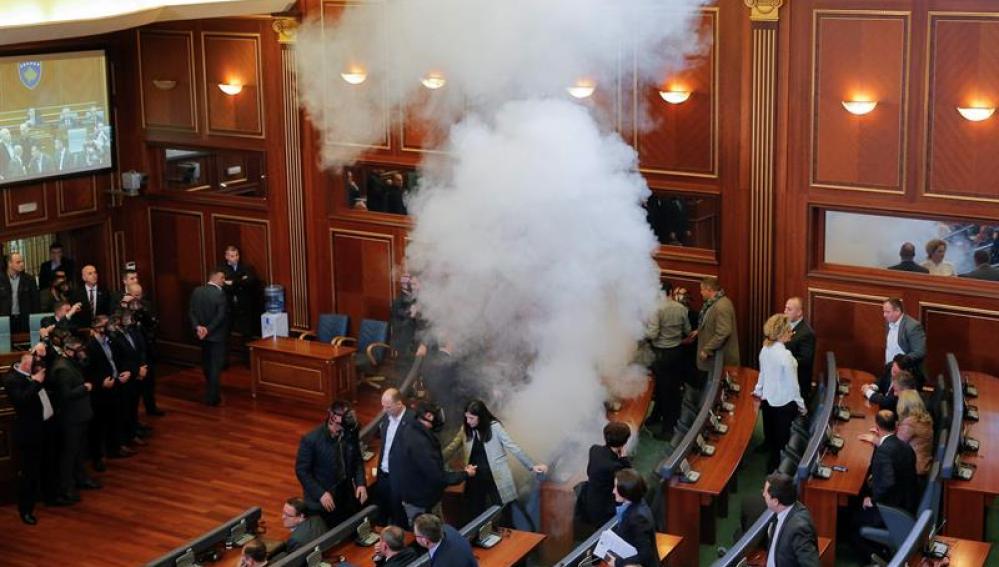 Parlamentarios de la oposición lanzan gases lacrimógenos durante un pleno del Parlamento