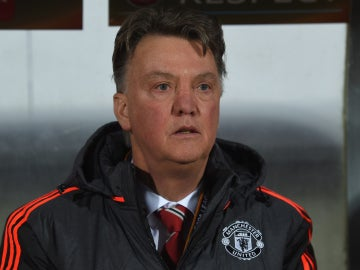 Louis Van Gaal en el banquillo del Manchester United