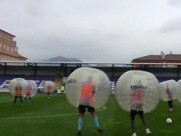 Los jugadores del Alcoyano se pasan al 'fútbol burbuja'