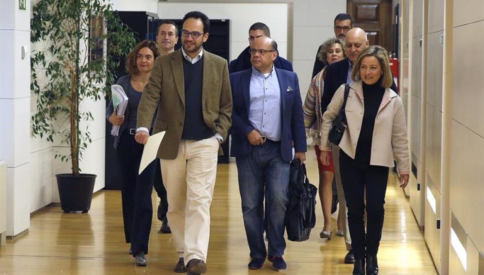 Hernando y Oramas junto a sus equipos negociadores