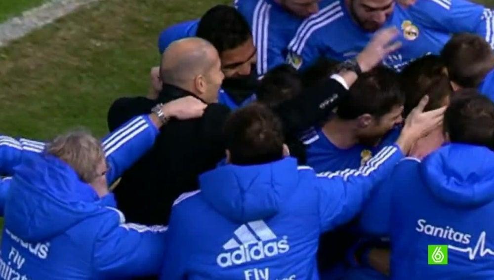 Los jugadores del Real Madrid se abrazan tras un gol