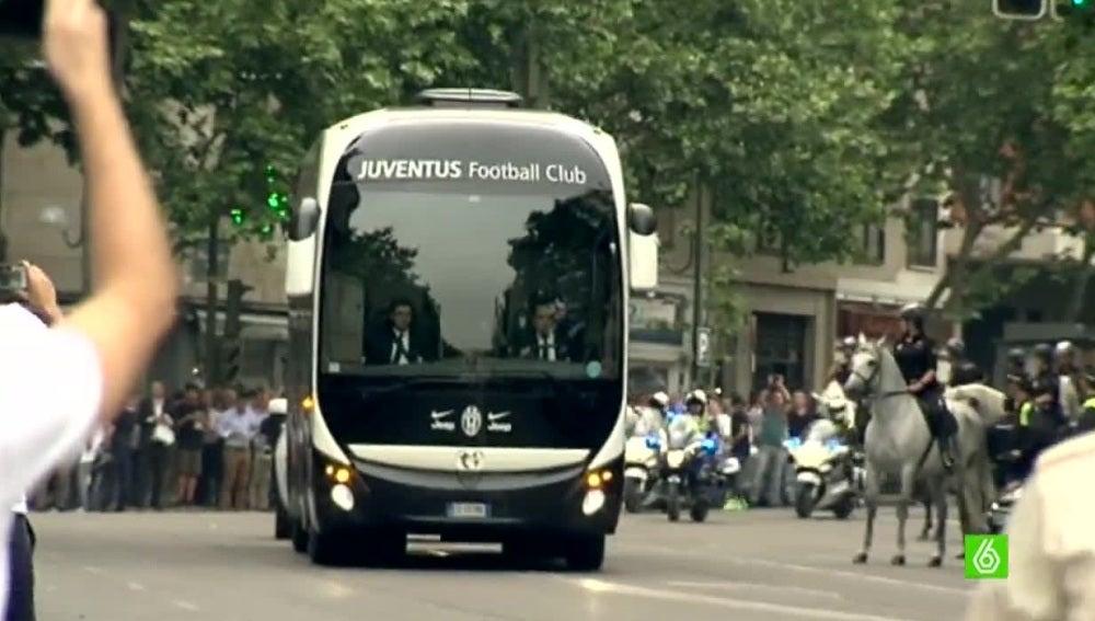 El autobús de la Juventus, llegando al estadio