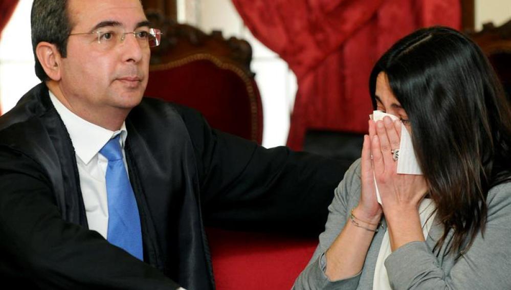 Gago es consolada por su abogado Fermín Guerrero, al término del juicio