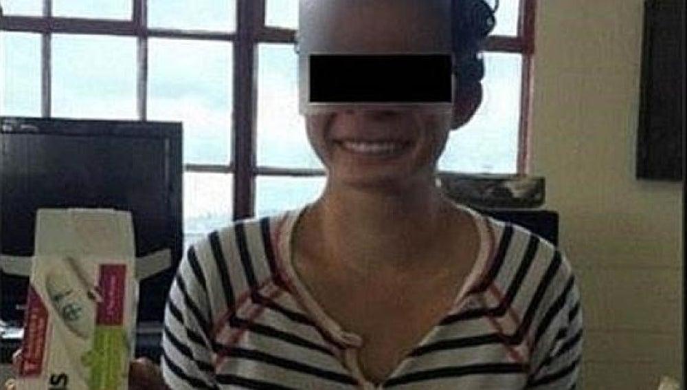 La joven mostrando la prueba de embarazo en Facebook