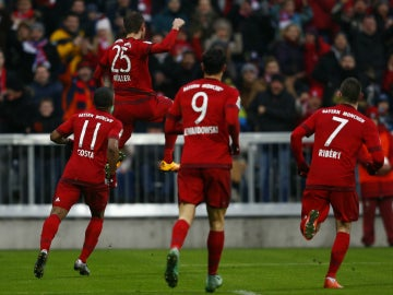 Thomas Müller celebra su gol con sus compañeros