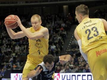 Sasu Salin intenta entrar a canasta ante la defensa del Bilbao Basket