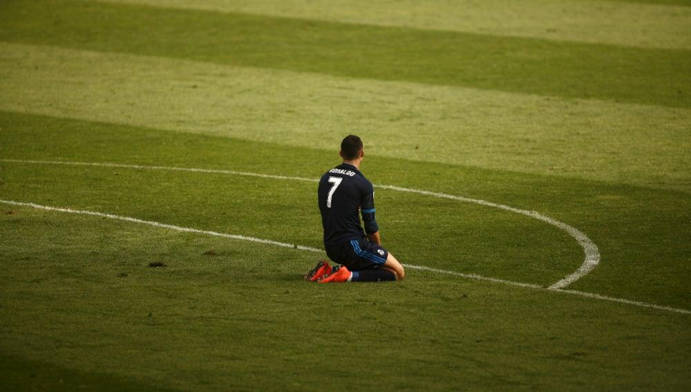 Cristiano, arrodillado en el césped